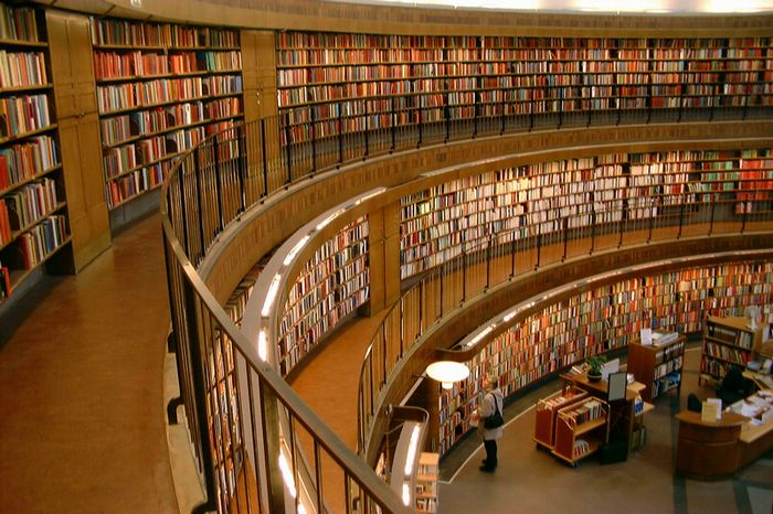 700px_interior_view_of_stockholm_public_library